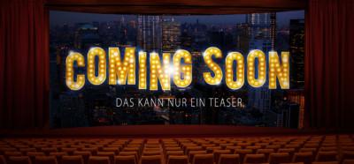 """""""Coming Soon"""" ist in leuchtenden Buchstaben auf einer Kinoleinwand zu lesen."""