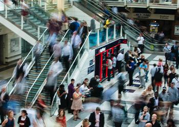 Menschenansammlung in der Shopping Mall